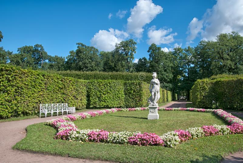 Skulpturallegorin av vishet som trampar last TSARSKOYE SELO, ST PETERSBURG, RYSSLAND royaltyfria bilder