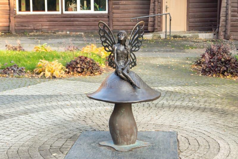 Skulpturen av champinjonen och den felika skogen i staden P arkivfoton