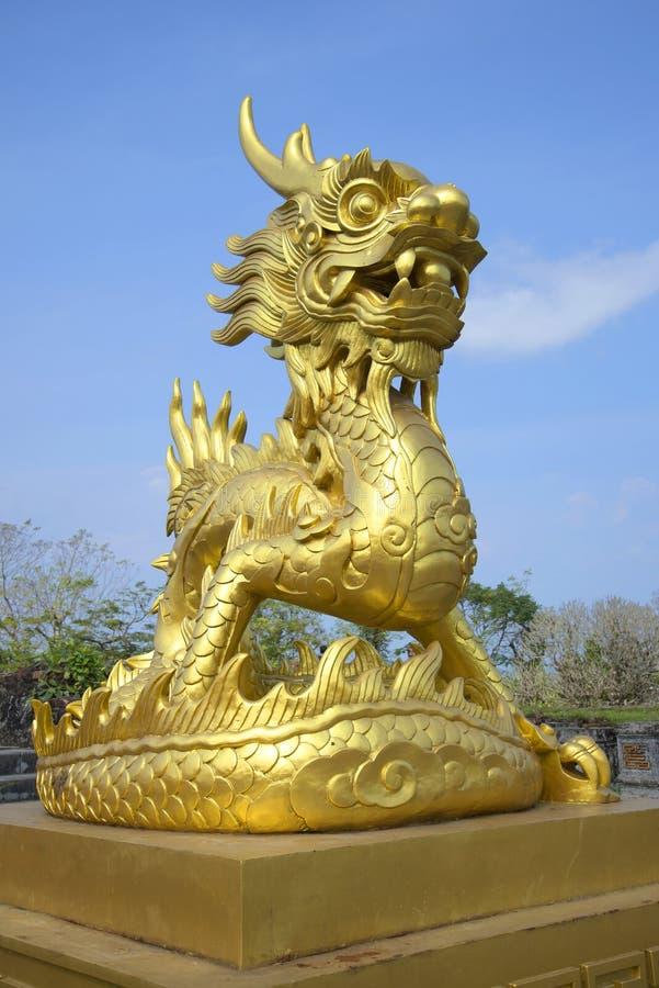 Skulpturen av den guld- draken i den imperialistiska purpurfärgade staden Ton Vietnam arkivbild