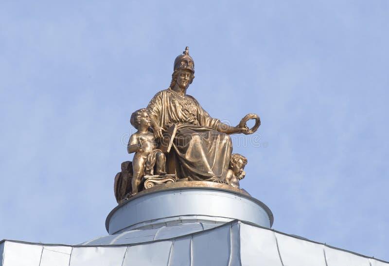 Skulpturen av gudinnan Minerva överst av kupolen av akademin av konster St Petersburg royaltyfri bild