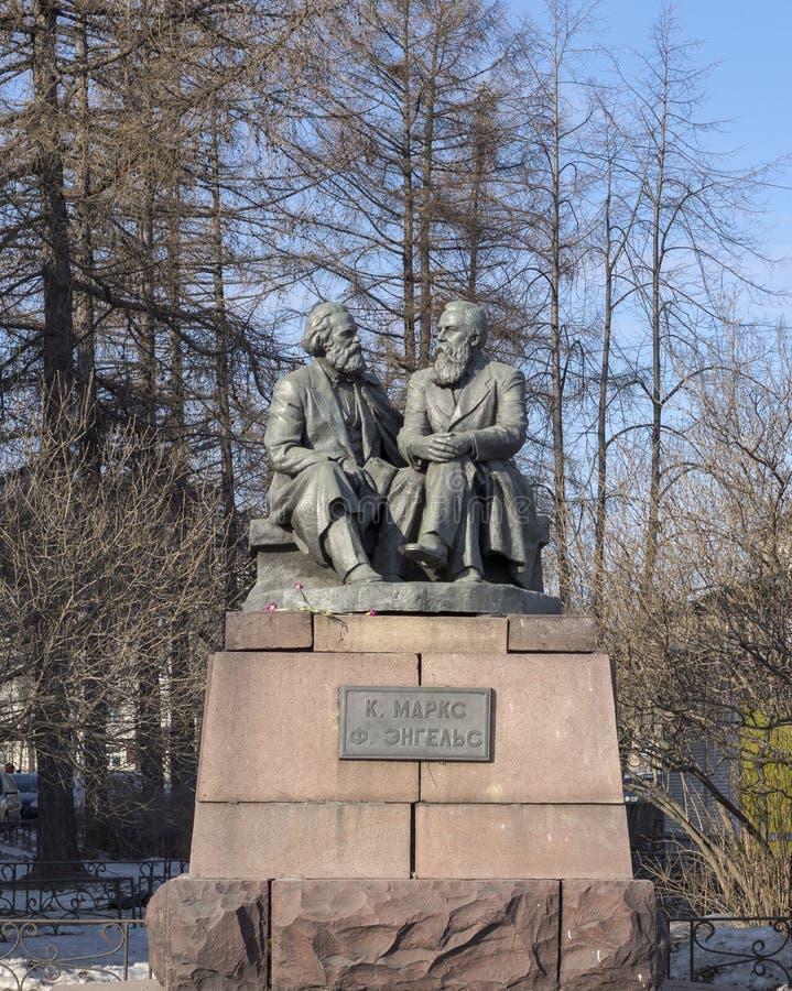 Skulpturen av Karl Marks och Fridrich Engels royaltyfri bild