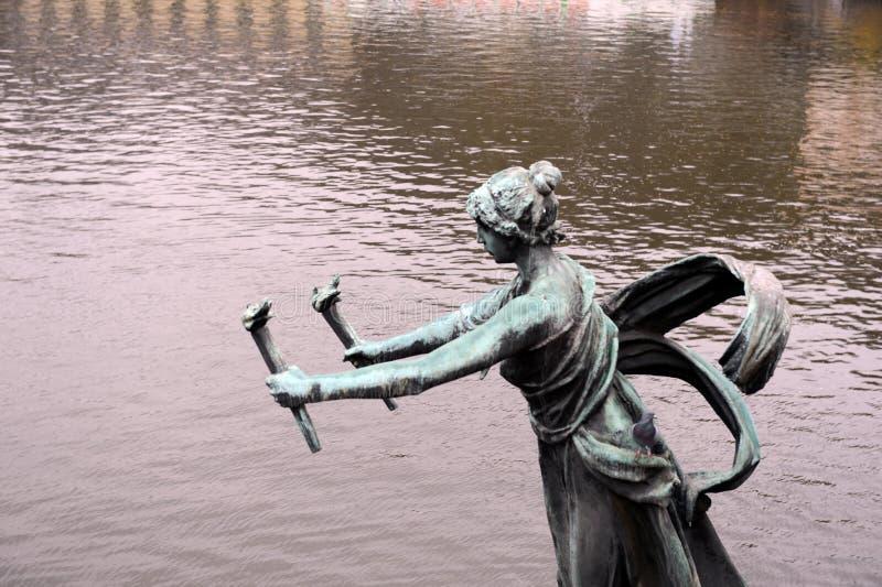Skulpturen på den Chekhov bron på den Vltava floden royaltyfria bilder
