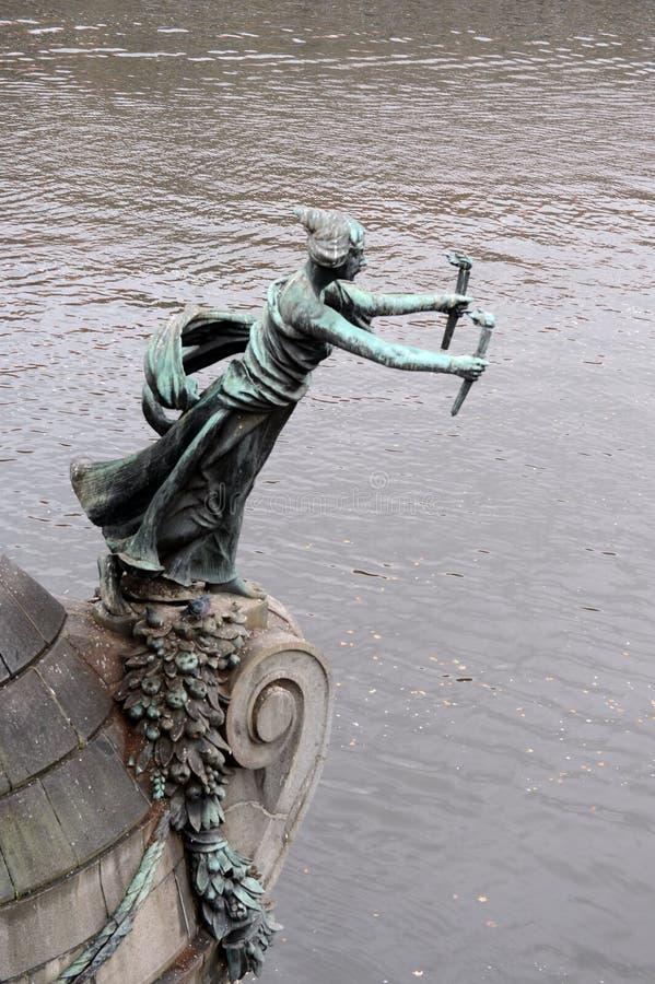Skulpturen på den Chekhov bron på den Vltava floden arkivbilder