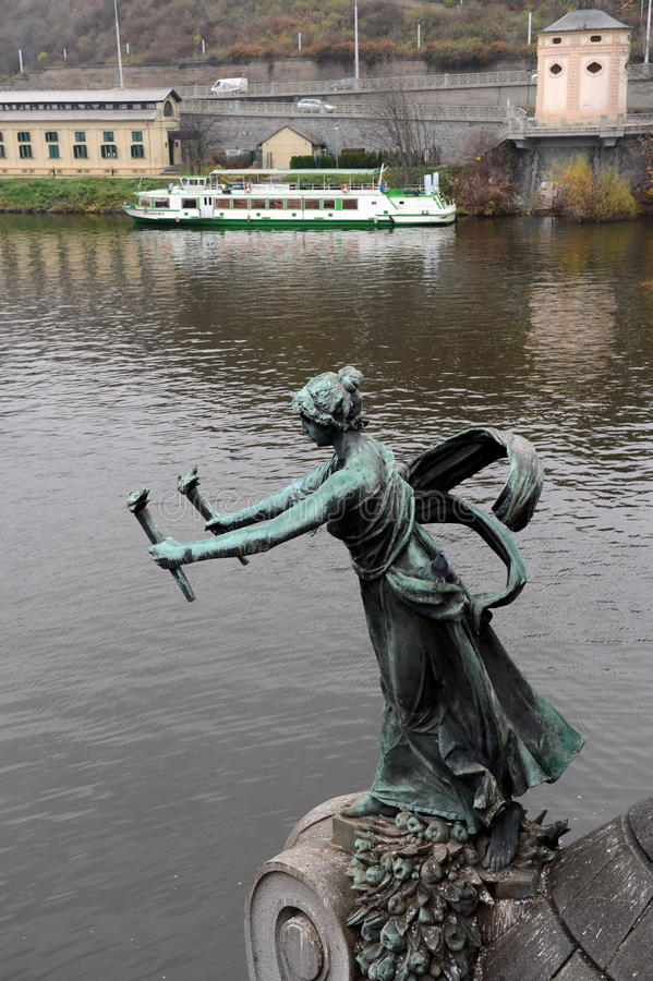 Skulpturen på den Chekhov bron på den Vltava floden royaltyfri foto