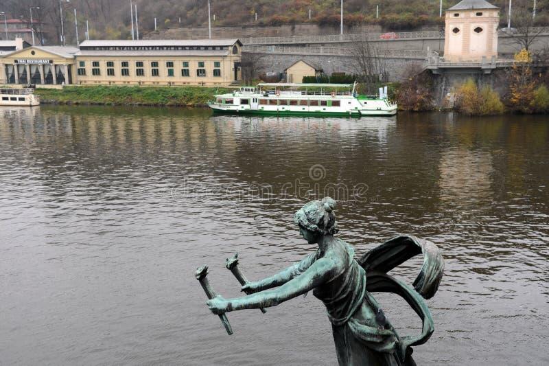 Skulpturen på den Chekhov bron på den Vltava floden arkivfoto