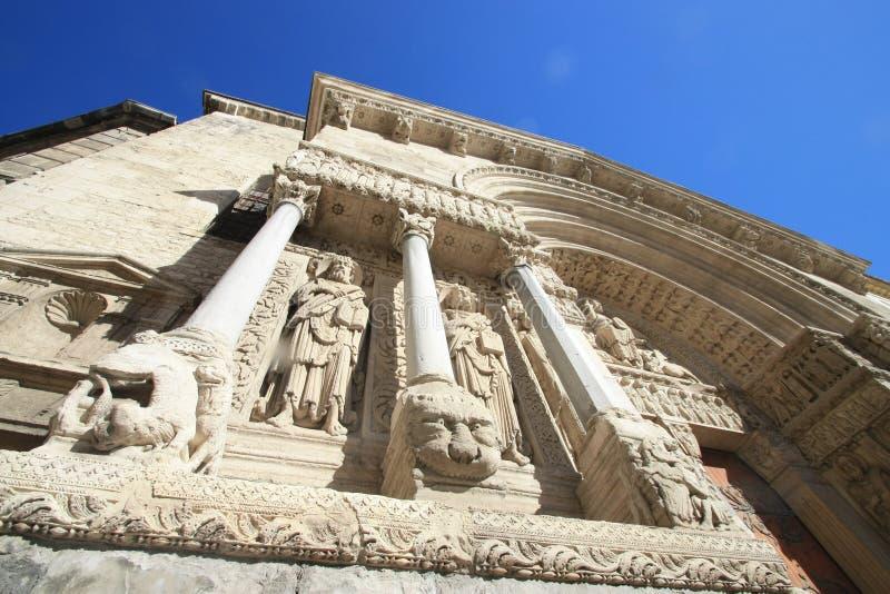 Skulpturen und Spalten der Kathedrale von Arles stockfoto