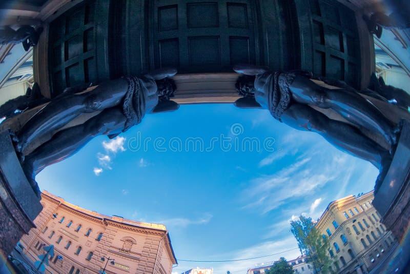 Skulpturen von Atlantis der neuen Einsiedlerei, St Petersburg, Russland Türspionslinse, die eine Superweitwinkelansicht schafft stockbilder