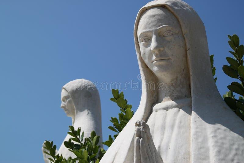Skulpturen von betenden Frauen stockfotos