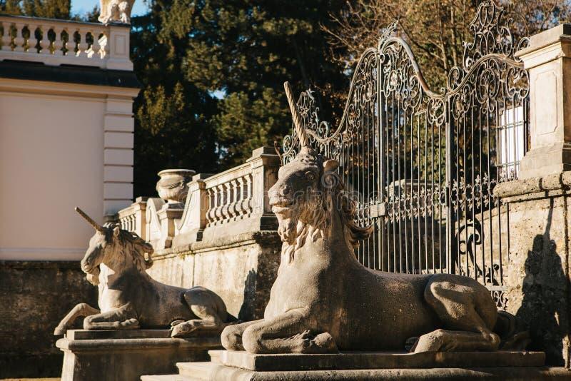 Skulpturen von Einhörnern nahe dem Mirabell-Palast in Salzburg in Österreich stockfoto