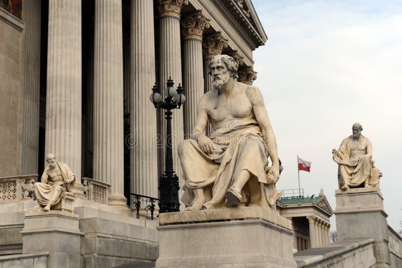 Skulpturen von griechischen Philosophen am Parlamentsgebäude von Österreich lizenzfreies stockfoto