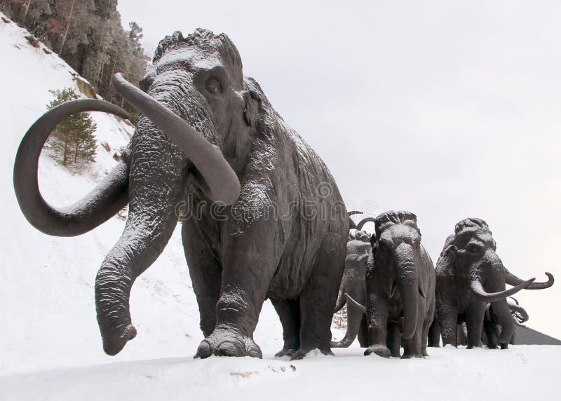 Skulpturen von Mammuts in Archeopark, Khanty - Mansiysk, Russland fand am Fuß des Glazial- Hügels, Archeopark zeigt lebensechtes  stockfotografie