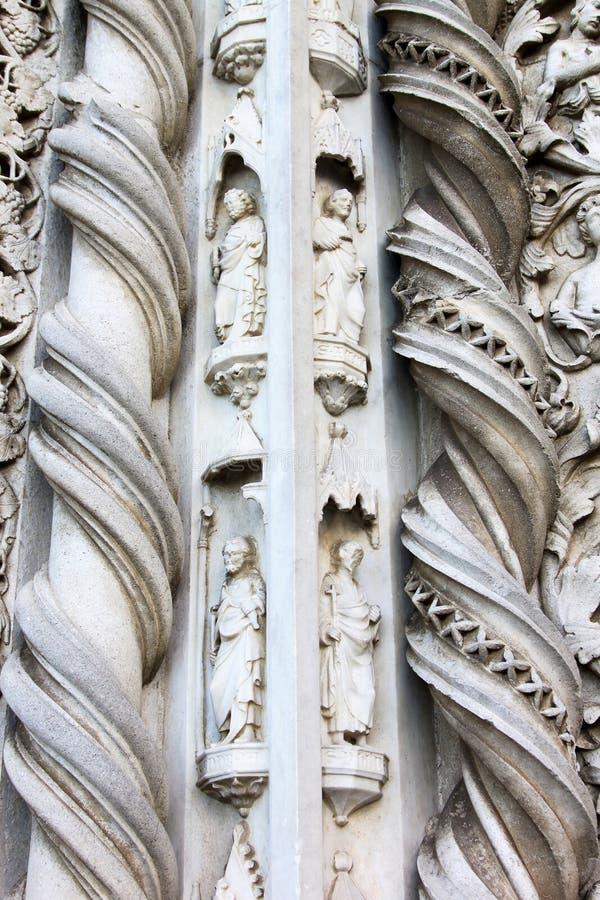 Skulpturen von San Fortunato in Todi, Italien stockfoto
