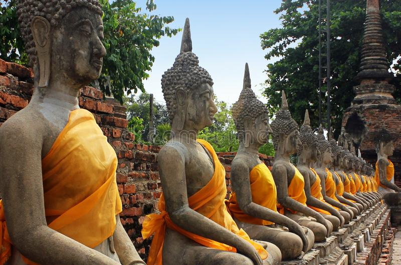 Skulpturer av Buddha som sitter i meditation p? den Wat Yai Chaimongkol templet i Ayutthaya, Thailand royaltyfri foto