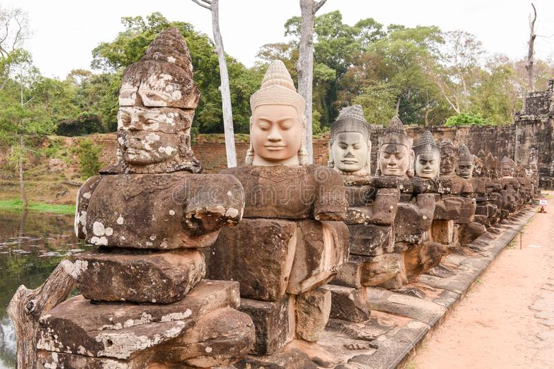 Skulpturer av demoner på den södra porten till Angkor Thom, Cambodja royaltyfri foto