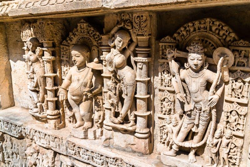 Skulpturer av gudinnor på rajas gemålkivav, en intricately konstruerad stepwell i Patan - Gujarat, Indien royaltyfri bild