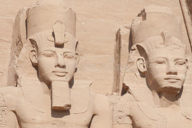 Skulpturer av konungen Ramses II och drottning Nefertari i Abu Simbel arkivbilder