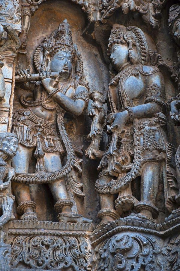 Skulpturer av Krishna och Radha Hoysalesvara tempel, Halebid arkivbilder