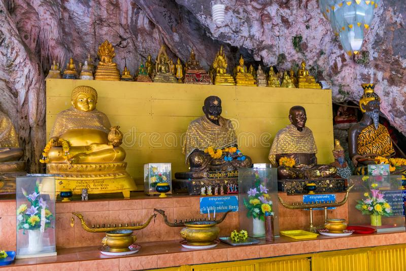 Skulpturer av munkar och buddhas i templet av Krabi arkivbild