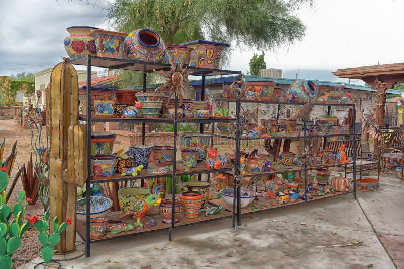 Skulpturer och andra metallhantverk för försäljning i en gatubutik royaltyfri fotografi