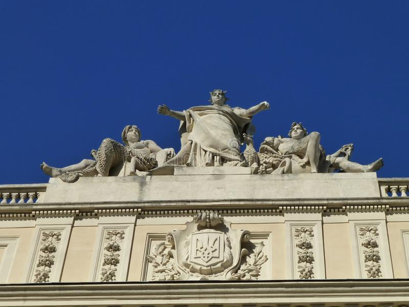 Skulpturer på byggnaden av universitetet i Lviv royaltyfria foton