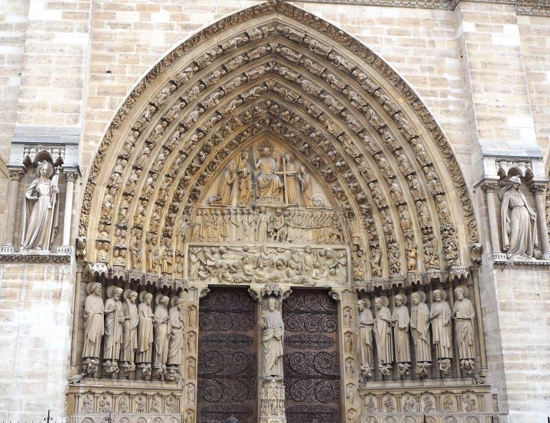 Skulpturer på den huvudsakliga ingången till domkyrkan Notre Dame de Paris Notre Dame-berömt gotiskt, Roman Catholic domkyrka i P fotografering för bildbyråer