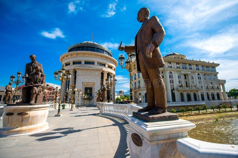 Skulpturer på konstbron i Skopje fotografering för bildbyråer