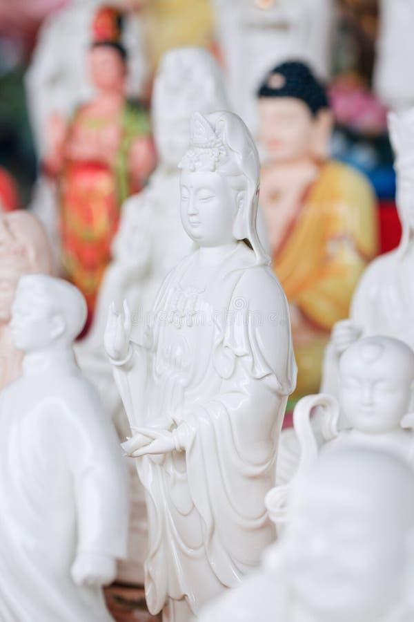 Skulpturer på Panjiayuan marknadsför, lokaliserat i sydostlig Peking, Kina arkivfoton