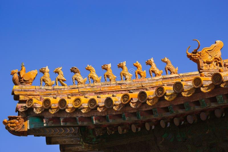 Skulpturer på slotttaket i Forbidden City royaltyfria foton