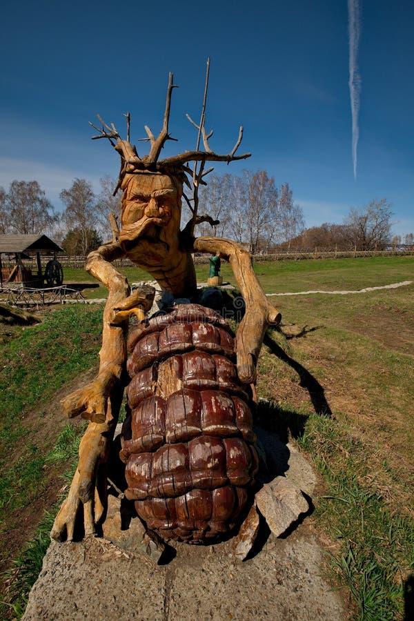 Skulpturer som göras av trä av Altai förlage i konsten och person som tillhör en etnisk minoritet, parkerar `-legend`, arkivbilder
