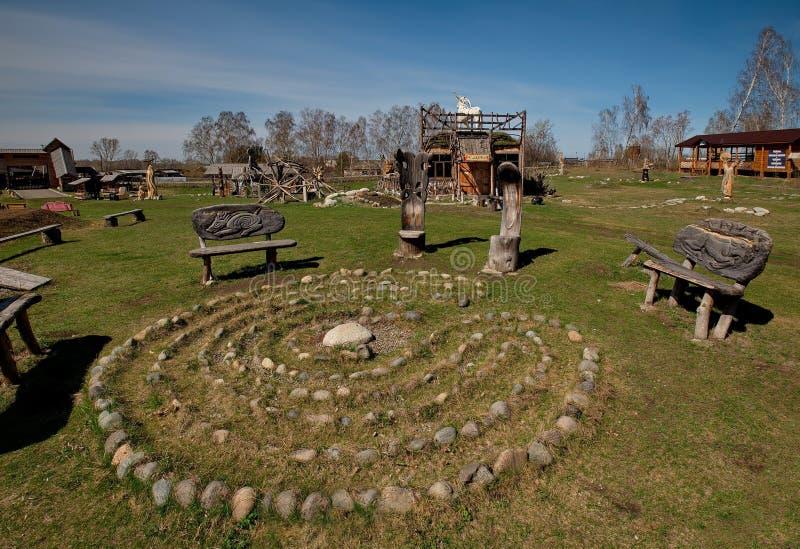 Skulpturer som göras av trä av Altai förlage i konsten och person som tillhör en etnisk minoritet, parkerar `-legend`, royaltyfri bild