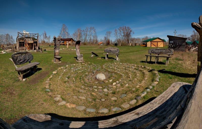 Skulpturer som göras av trä av Altai förlage i konsten och person som tillhör en etnisk minoritet, parkerar `-legend`, arkivfoton