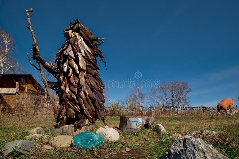 Skulpturer som göras av trä av Altai förlage i konsten och person som tillhör en etnisk minoritet, parkerar `-legend`, royaltyfria bilder
