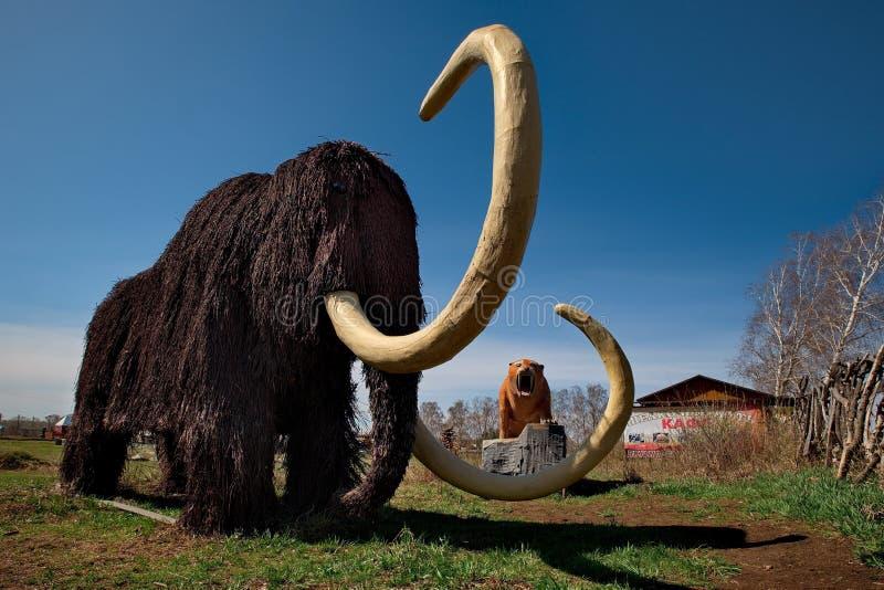 Skulpturer som göras av trä av Altai förlage i konsten och person som tillhör en etnisk minoritet, parkerar `-legend`, arkivfoto