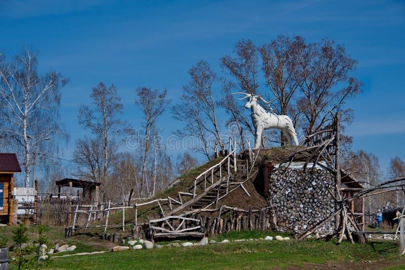 Skulpturer som göras av trä av Altai förlage i konsten och person som tillhör en etnisk minoritet, parkerar `-legend`, royaltyfri foto