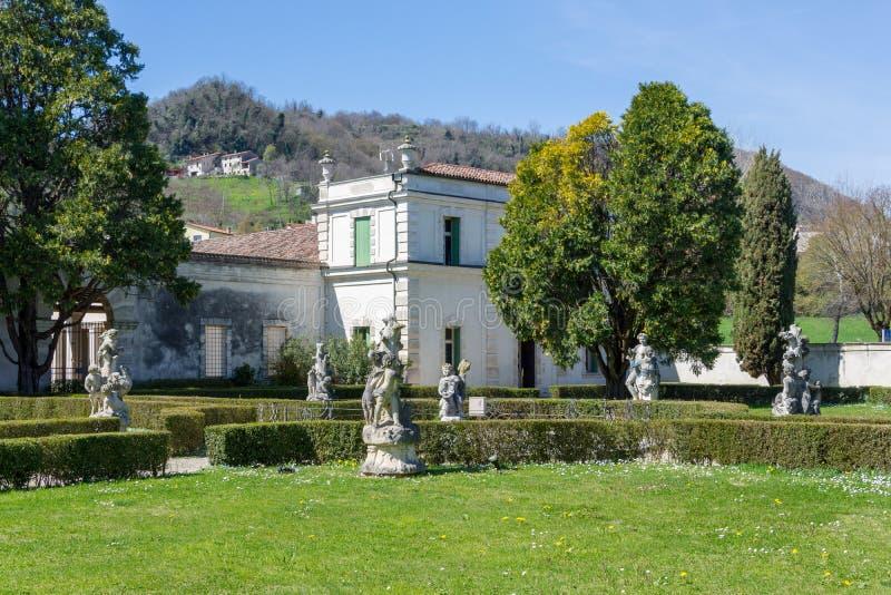 Skulpturer som lokaliseras i trädgården av den villaCordellina lombarden arkivfoton
