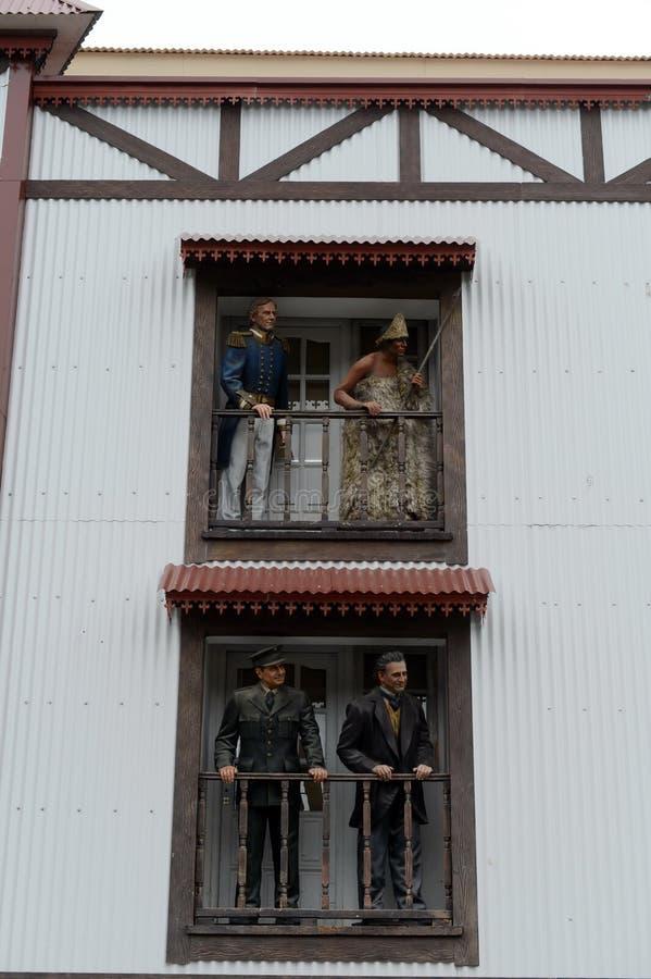 Skulpturerna på balkongen av en byggnad i Ushuaia arkivbild