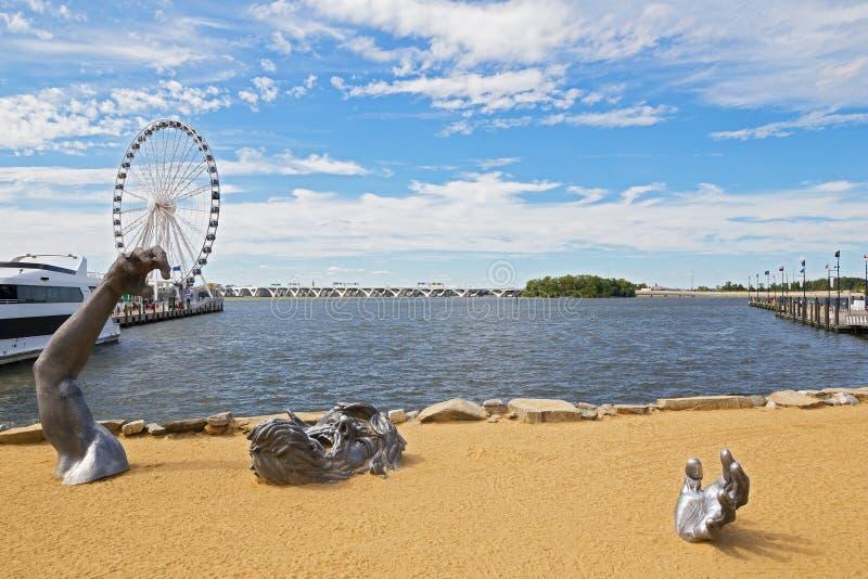 Skulpturinstallation på en sand arkivfoton