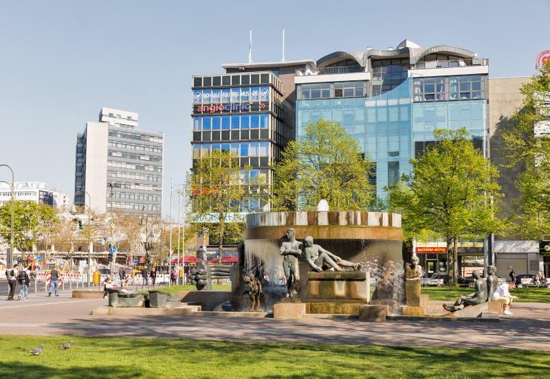 Skulpturspringbrunn i Berlin, Tyskland arkivbild
