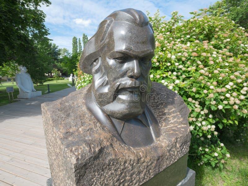Skulpturstående av Karl Marx royaltyfri fotografi