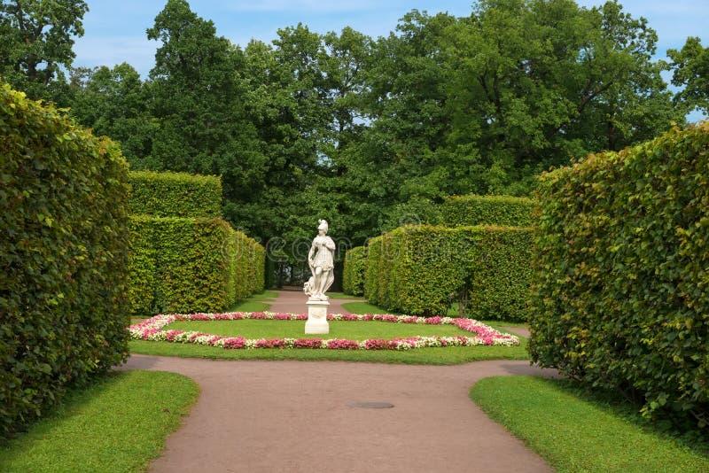Skulpturvishet som trampar en last royaltyfri bild