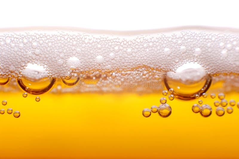 Skum och bubblor av öl. royaltyfria bilder