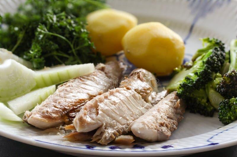 Skumbriowy rybi naczynie z grulami, broku?ami, cebulami i pietruszk?, Grubas, wazeliniarska ryba jest znakomitym i zdrowym ?r?d?e zdjęcie royalty free