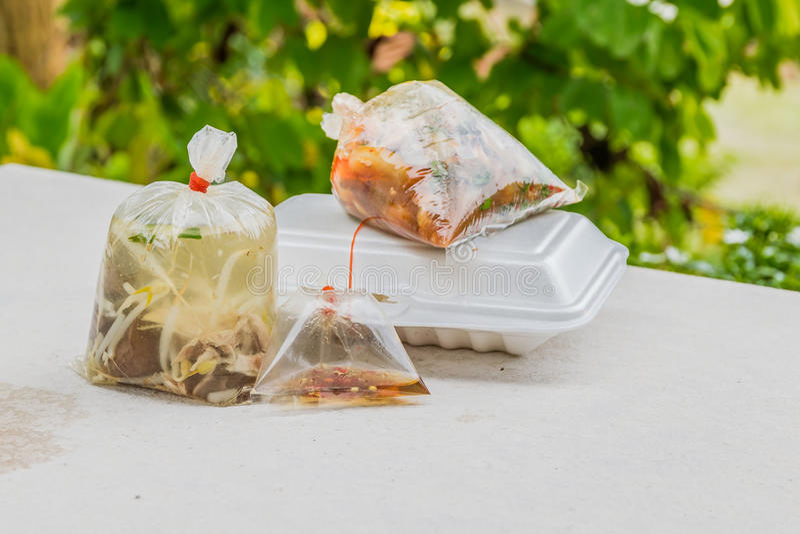 Skumma behållare och plastpåsar för bort mat för tagande royaltyfri foto