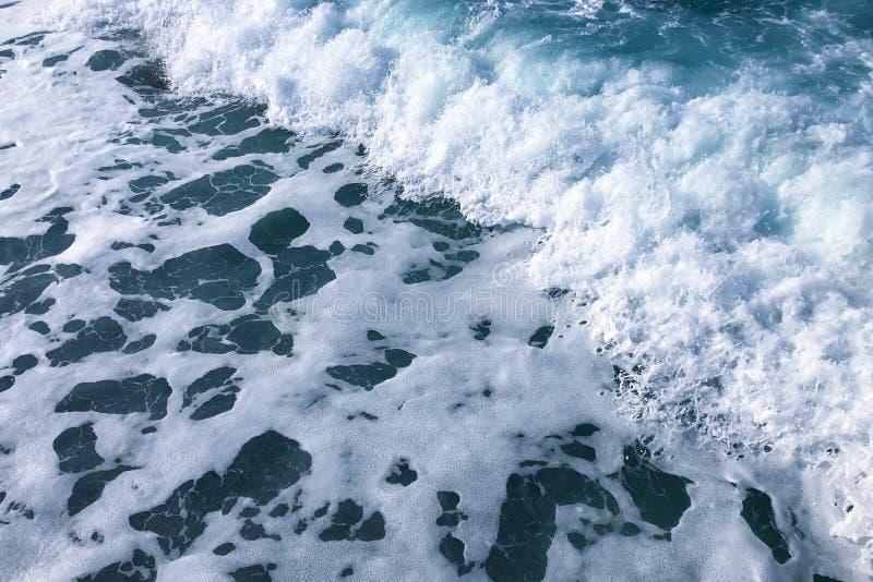 Skummande hav i morgonen royaltyfria bilder