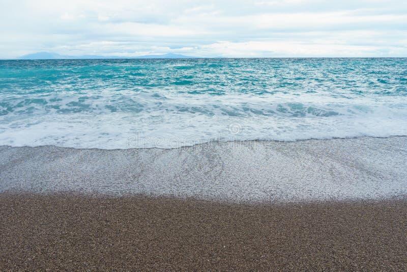 Skummar mjuka och försiktiga vågor för selektiv fokus i det blåa havet Italien c royaltyfri bild