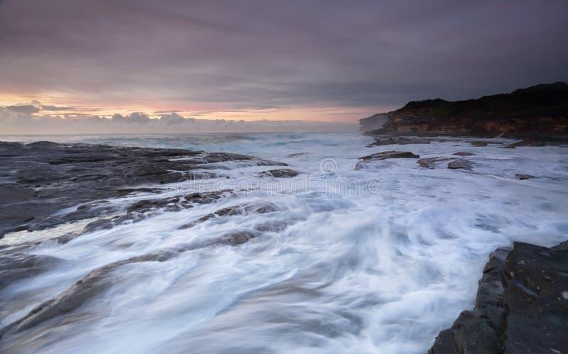 Skummiga flöden på Yena Australien royaltyfria bilder