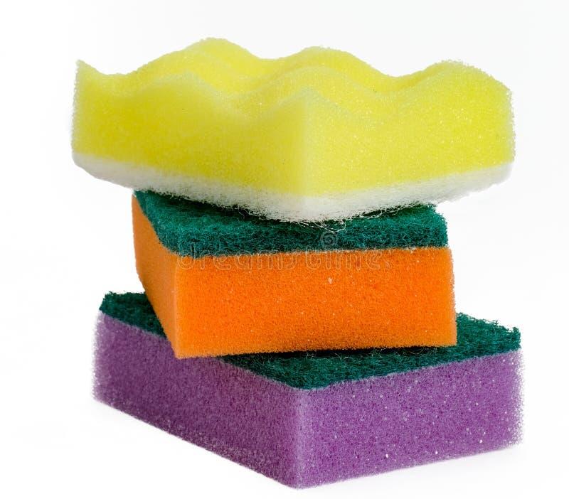 Skumsvampar för tvättande disk ligger på de isolerade på vit bakgrund royaltyfria bilder