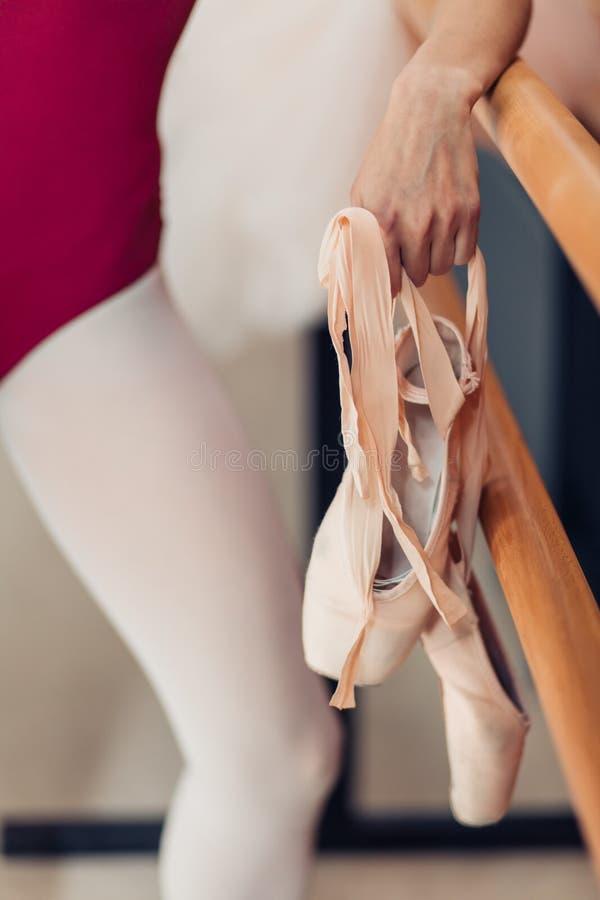 Skupia się na baletniczych butach, zamyka w górę cropped fotografii, zdjęcia stock