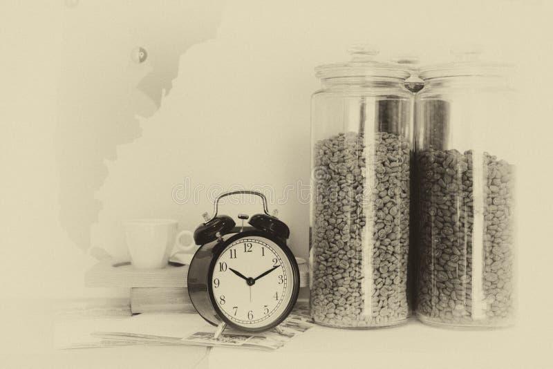 Skupia się budzika z kawowymi fasolami w szklanego pucharu i kawy cu fotografia royalty free