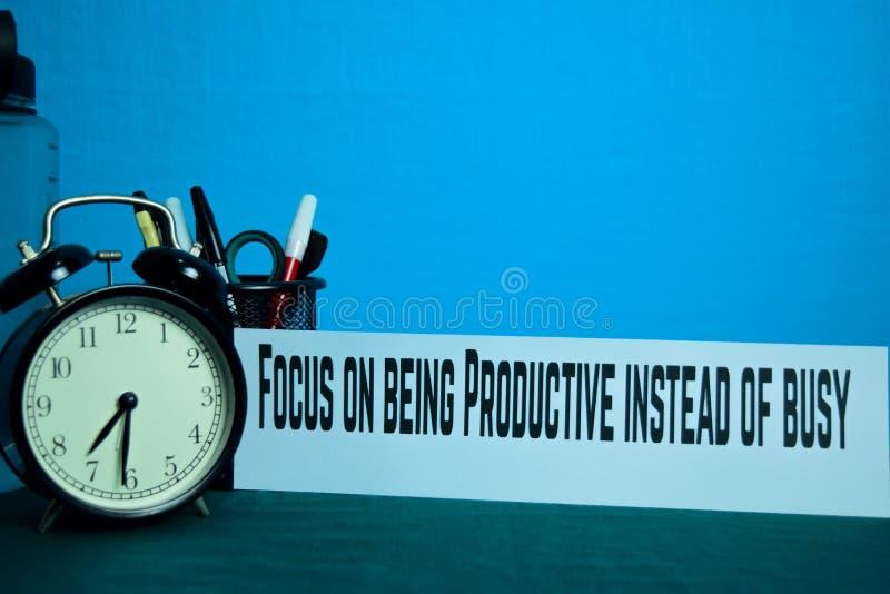 Skupia się na być Produktywny zamiast ruchliwie planowania na tle Pracujący stół z Biurowymi dostawami fotografia stock